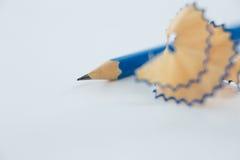 Le plan rapproché de corrigent des copeaux avec des crayons Image stock