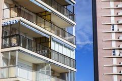 Le plan rapproché de deux bâtiments modernes résidentiels a lié par la construction Photos stock