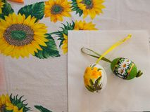 Le plan rapproché de deux main-a décoré des oeufs pour les vacances de Pâques Images libres de droits
