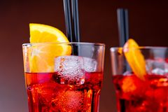 Le plan rapproché de deux verres de spritz le cocktail d'aperol d'apéritif avec les tranches et les glaçons oranges Image stock