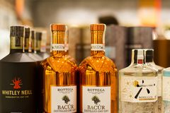 Le plan rapproché de différentes marques des bouteilles de genièvre sur le supermarché rayonnent photo libre de droits