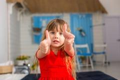 Le plan rapproché de jeune fille montre différentes émotions photo stock