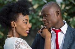 Le plan rapproché de jeunes couples dans l'amour face à face et regardant dans l'un l'autre le ` s observe Images stock