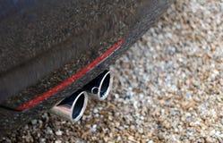 Le plan rapproché de l'émission vue jumelle de pots d'échappement émet de la vapeur d'une voiture faite allemande Photo stock