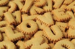 Le plan rapproché de l'AMOUR U du mot I écrit avec l'alphabet a formé des biscuits sur la pile des mêmes biscuits Photos stock