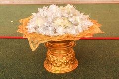Le plan rapproché de l'aumône fleurit les fleurs de ruban, culture thaïlandaise sur l'aller photo stock
