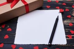 Le plan rapproché de l'espace et du cadeau vides de copie a enveloppé la boîte Image stock