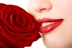Le plan rapproché de la belle fille avec le rouge s'est levé Image libre de droits
