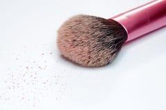Le plan rapproché de la brosse de maquillage et rougissent sur le fond blanc Images libres de droits