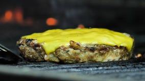 Le plan rapproché de la côtelette de fromage étant grillée, puis de la côtelette est pris avec une spatule banque de vidéos
