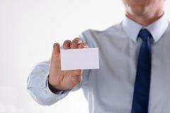 Le plan rapproché de la carte de visite professionnelle de visite équipe dedans la main Images stock