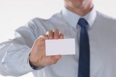 Le plan rapproché de la carte de visite professionnelle de visite dans les affaires équipe la main Photos libres de droits