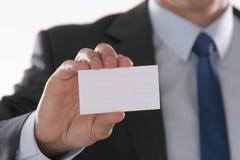Le plan rapproché de la carte de visite professionnelle de visite dans les affaires équipe la main Image libre de droits