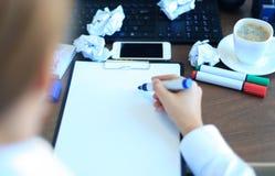 Le plan rapproché de la femme d'affaires fait une note Photographie stock libre de droits