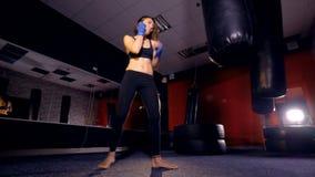 Le plan rapproché de la fille kickboxing 4K banque de vidéos