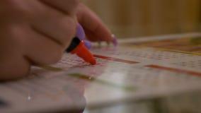 Le plan rapproché de la main de jeune femme marquant et comptant le traitement de naissance de prévention date sur le calendrier  clips vidéos