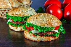 Le plan rapproché de la maison a fait les hamburgers savoureux sur la table en bois Photo stock