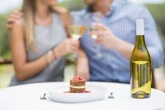Le plan rapproché de la nourriture et de la bouteille de vin a arrangé sur la table Image stock