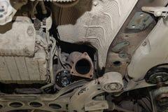 Le plan rapproché de la part du fond de la voiture de devant du pot d'échappement et du catalyseur a démonté pendant la réparatio photographie stock