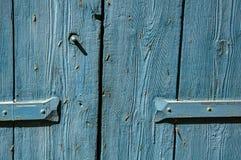 Le plan rapproché de la porte et de la charnière en bois a peint le bleu, dans le village de Lourmarin Photographie stock