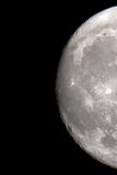 Le plan rapproché de lune sur un ciel nocturne noir tiré par un télescope Photo libre de droits