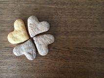 Le plan rapproché de quatre coeur-a formé des biscuits comme le mensonge de feuilles d'oxalide petite oseille Image libre de droits