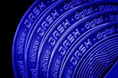 Le plan rapproché de tiret de cryptocurrency de pièce de monnaie sur le fond noir bleu photographie stock