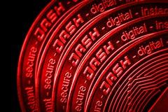Le plan rapproché de tiret de cryptocurrency de pièce de monnaie sur le fond noir rouge photo stock