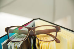 Le plan rapproché des affaires objecte des papiers des verres Image stock