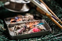 Le plan rapproché des articles de pêche avec des tiges et la pêche vole Photographie stock