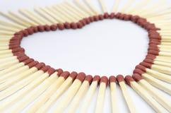 Le plan rapproché des bâtons de match s'est chargé de former une forme de coeur Photo libre de droits