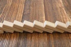 Le plan rapproché des briques en bois s'étendent dans une rangée Photos libres de droits