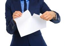 Le plan rapproché des businesswomans remet déchirer un morceau de papier Photo stock