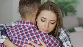 Le plan rapproché des couples bouleversés de jeunes s'embrassent après querelle La femme semblant pensive et triste l'étreignent  Photos stock