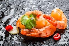 Le plan rapproché des crevettes sur la roche avec de l'eau se laisse tomber Photographie stock libre de droits