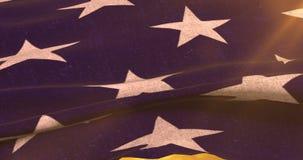 Le plan rapproché des Etats-Unis américains ondulant le drapeau, étoiles, Etats-Unis d'Amérique, au coucher du soleil, avec le so banque de vidéos