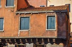 Le plan rapproché des fenêtres dans la maison médiévale avec des abat-jour de vert s'est fermé à Venise Images libres de droits