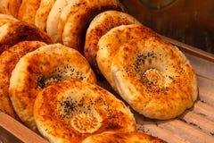 Le plan rapproché des gâteaux de pain de tandyr a fraîchement fait o cuire au four appétissant étendu photo stock