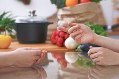 Le plan rapproché des mains humaines sont gesticulent au-dessus d'une table dans la cuisine Femmes choisissant le menu ou faisant Image stock