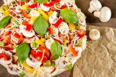 Le plan rapproché des pizzas a effectué des légumes d'ââwith Image libre de droits