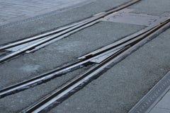 Le plan rapproché des voies de tram de réverbère convergent ou divergent à une intersection Jusqu'à vous photographie stock libre de droits
