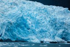 Le plan rapproché du bord et de la glace bleus d'Alaska de glacier a pointillé l'océan Image libre de droits