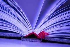 Le plan rapproché du livre ouvert pagine le signet Images libres de droits