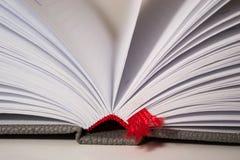 Le plan rapproché du livre ouvert pagine le signet Photographie stock libre de droits
