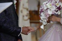 Le plan rapproché du marié et de la jeune mariée tenant des mains, préparent pour le jour du mariage Photo libre de droits
