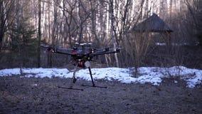 Le plan rapproché du quadcopter décolle clip Le modèle puissant du quadcopter de nouvelle génération décolle de la terre au ciel  clips vidéos