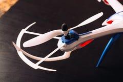 Le plan rapproché du rotor a touché le quadrocopter de pale d'hélices d'avions Photographie stock
