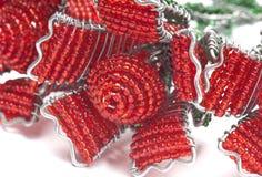 Le plan rapproché du rouge perlé s'est levé Image stock