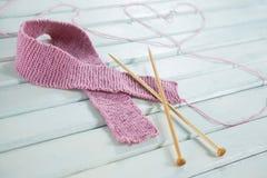Le plan rapproché du ruban de laine de conscience de cancer du sein avec des aiguilles et le coeur forment Photos libres de droits