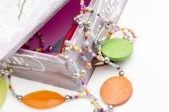 Le plan rapproché en bois de perles est sur la table Images stock